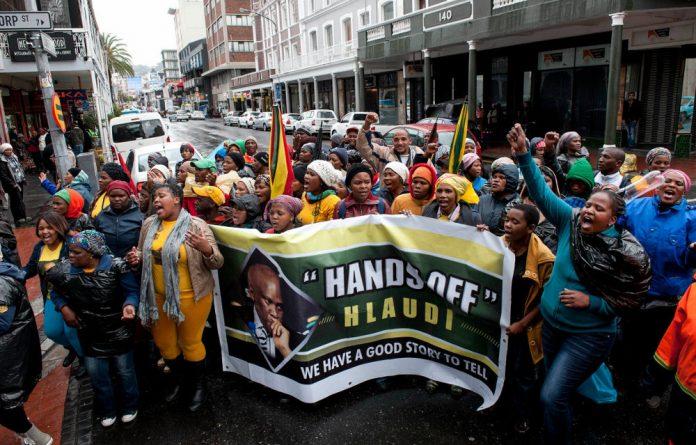 Hlaudi Motsoeneng supporters protest SABC.