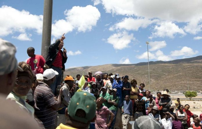 Cosatu provincial secretary Tony Ehrenreich addresses striking farmworkers in De Doorns.