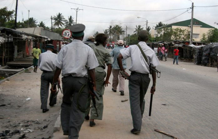 Clashes in Mozambique's second city of Beira between rival party supporters and riot police injured more than 20 people.