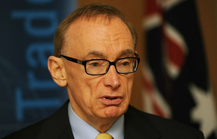 Australia's Foreign Minister Bob Carr has arrived in Libya to press for the release of a legal team being held after meeting Muammar Gaddafi's son.