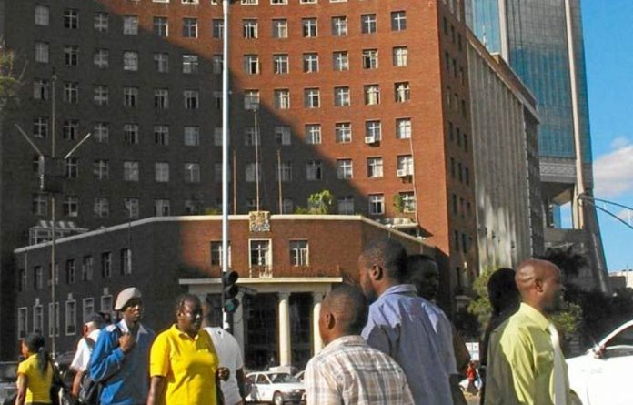 The International Monetary Fund reports that the economic situation in Zimbabwe remains difficult.