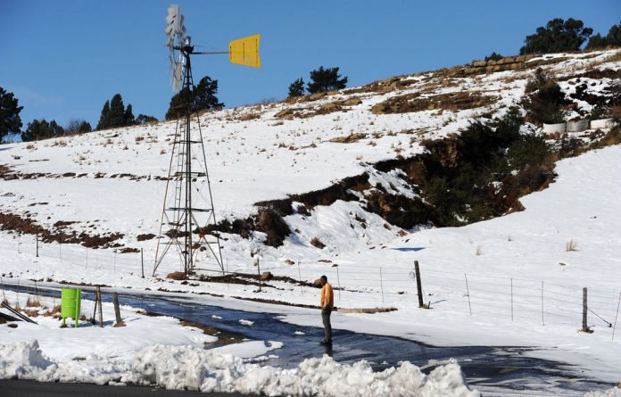 Western Cape emergency workers have successfully battled against heavy flooding and snow at the weekend.
