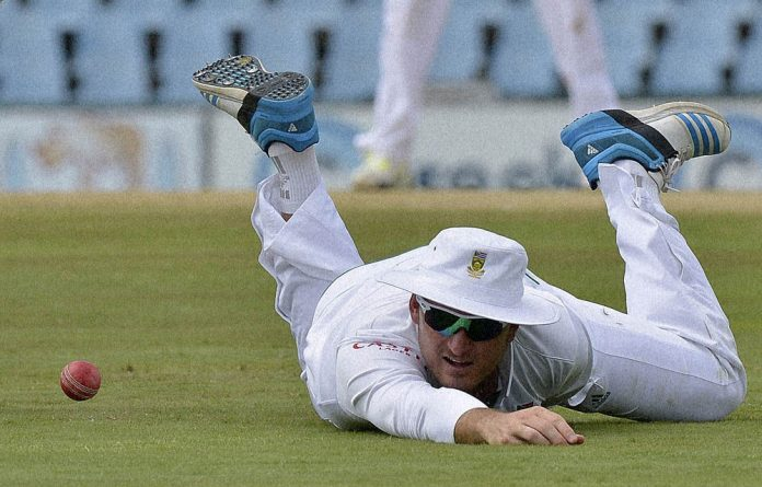 SA's Graeme Smith tries to catch out Australia's David Warner.