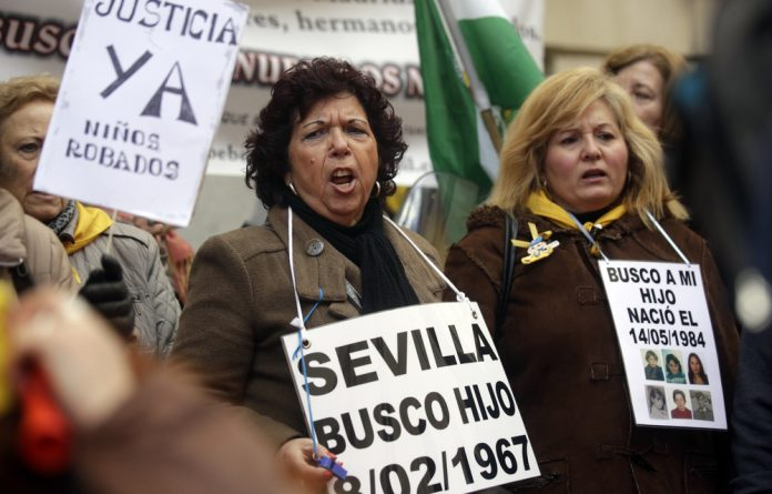 Hundreds of Spanish women have came forward in 2014 to claim that their babies were stolen at birth and given up for illegal adoptions. The placard reads