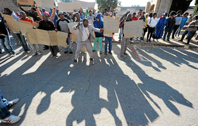 Demonstrators supporting murder accused Chris Mahlangu and Patrick Ndlovu quickly lost steam.