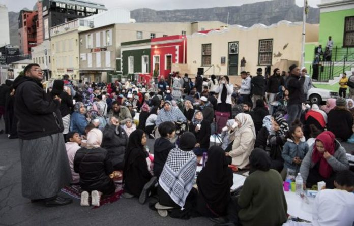 Solidarity at sunset: Hundreds of Muslims celebrate iftar