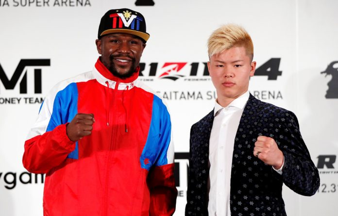 Floyd Mayweather Jr. poses for a photograph with his opponent Tenshin Nasukawa.