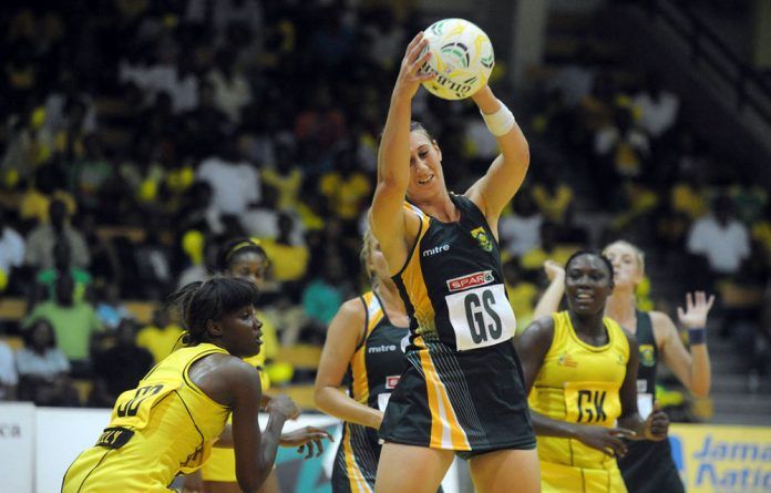 Chrisna Bootha of the Proteas netball team playing against Jamaica.