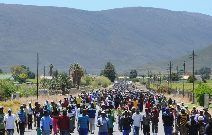 Farm workers continue to strike in De Doorns 13 November. Wage negotiations between farmers and farm workers continue as workers went from farm to farm to collect other workers.
