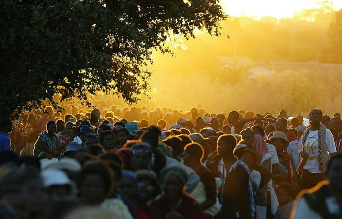 Zimbabweans queue to vote in the 2002 election.