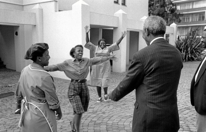 The reaction of women who recognised Nelson Mandela in a Johannesburg residential complex in 1994 is indicative of the former president's warmth and ability to relate to others.