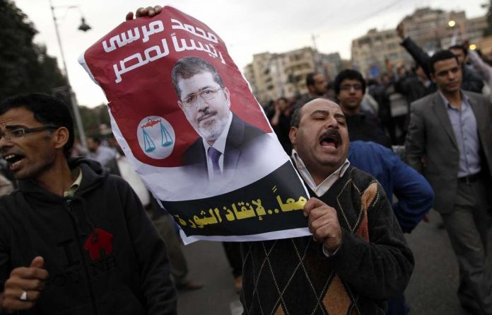 Islamists fought protesters outside the Egyptian president's palace