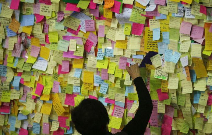 A woman leaves a message at a temporary group memorial altar in Ansan for the victims of the sunken passenger ship.