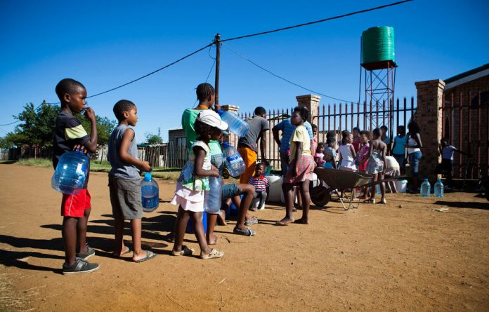 A court has ordered municipal authorities in Carolina to provide temporary water to residents.