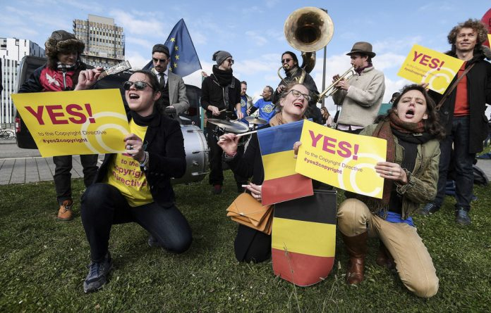 Pro: French demonstrators campaign in favour of the new European policy aimed at freedom on online platforms under conditions of fair competition. ReCreate is lobbying for similar change locally.