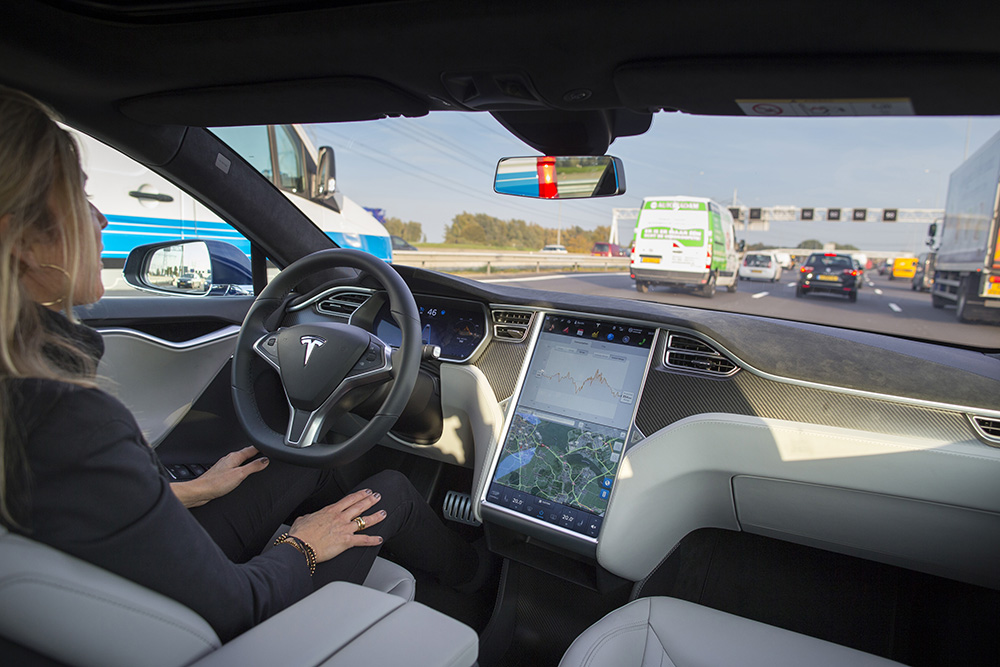 5G will enable automatic cars to avoid other cars, making them safer. (Jasper Juinen/Bloomberg via Getty Images)